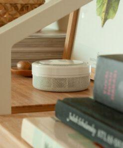Røykvarsler mini i stue bak noen bøker