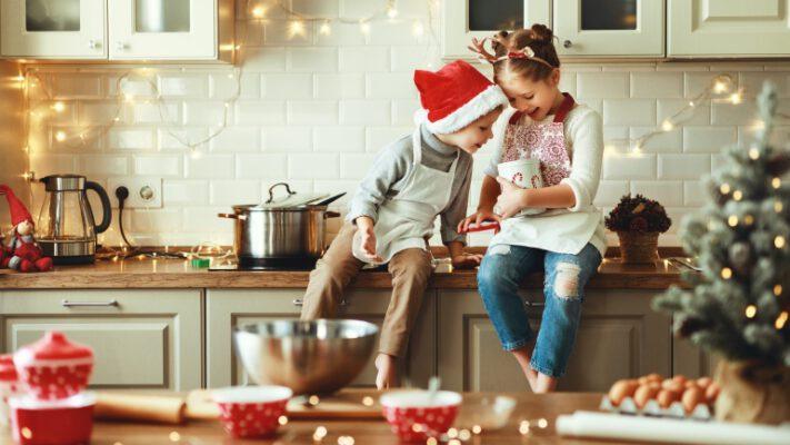 barn som tar peppekaker ved komfyren