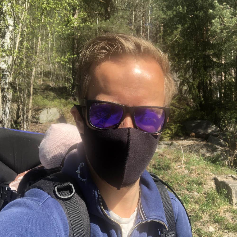 Mann med sort munnbind