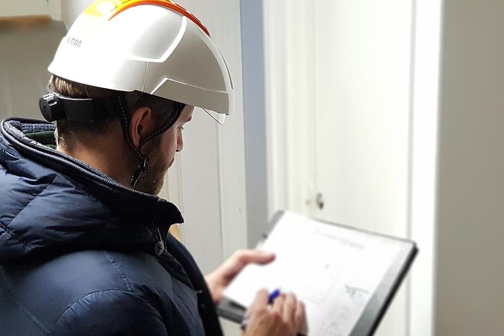 branningeniør som sjekker tilstanden i borettslaget