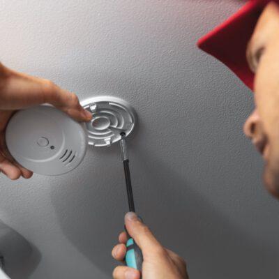 Kontrollerer røykvarsler